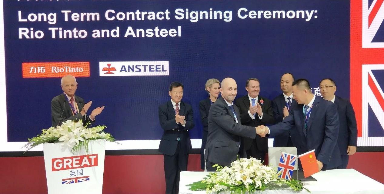 钱柜777鞍钢国贸公司领导出席进博会英国馆力拓签约仪式